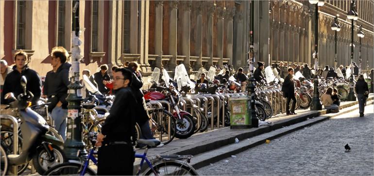 Studenti lungo via Festa del Perdono