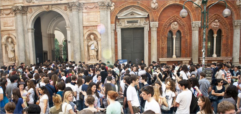 Folla di studenti all'ingresso di via Festa del Perdono