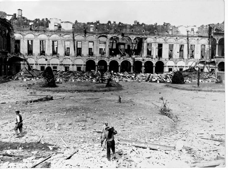 La Ca'Granda dopo i bombardamenti del 1943